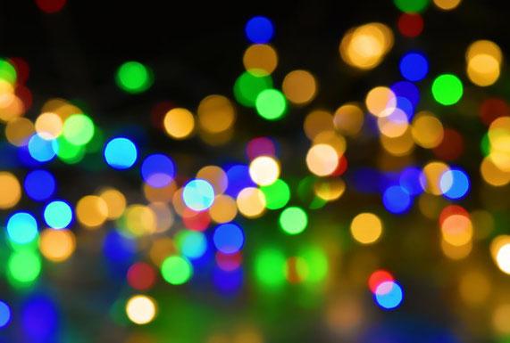 Ein einfacher dunkler Bildhintergrund mit bunten, unscharfen Lichtern