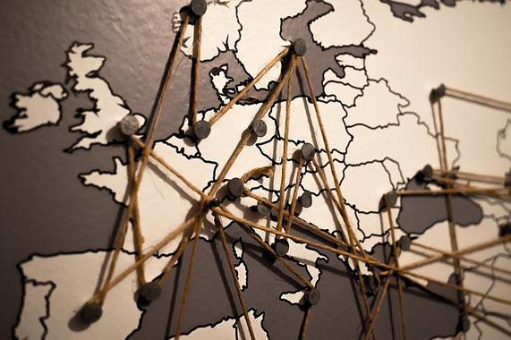 Weltkarte mit verbundenen Pins