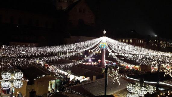 Lichterketten in Sternform überspannen den Mainzer Weihnachtsmarkt.