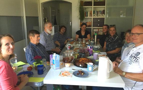 Foto: Selbsthilfegruppe-Mitglieder beinamputiert was geht sitzen bei Kaffee und Kuchen am Tisch