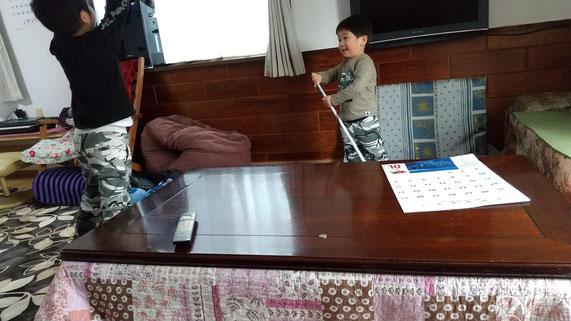 戦いゴッコをする子供の写真