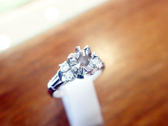 ダイヤが無くなってポッカリ空白ができた昔の指輪。お客様のためになるよう活用できます。