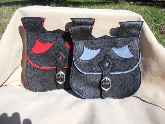 Escarcelle en cuir, doublé croûte, deux poches, 80 euros.