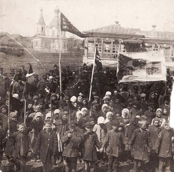 1927 (1929) год. Первомайская демонстрация. На дальнем плане здание школы, построенное в 1902 году, и здание церкви, построенное в 1900 году