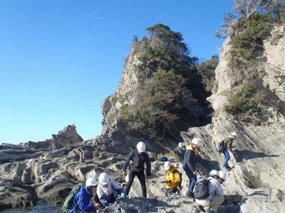 三浦半島での地質調査の実習風景。写っているのは2年生です。