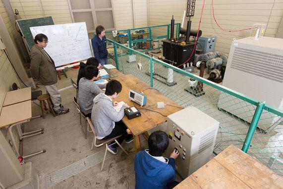 学部学生に対して実施している、電気エネルギーに関わる学生実験の様子