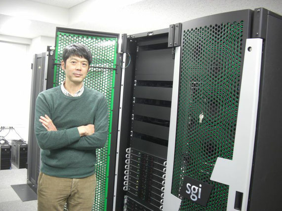 兵庫県立大学データ計算科学連携センターで運用する並列計算機とともに。学生もこのような計算機を自由に使用することができます。