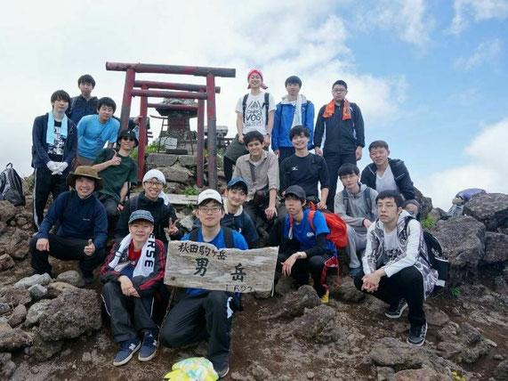 秋田駒ケ岳に登った時のものです。研究室ではバーベキュー、芋煮会、キャンプなどのイベントも行っています。登山は毎年6月に県内で行っています。