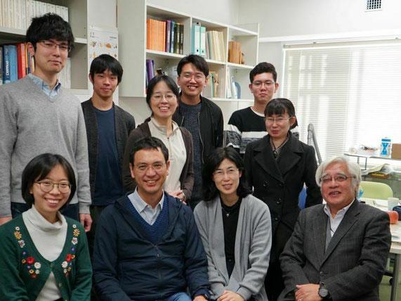 岩石鉱物学研究室一同(当時)。学部4年生から博士課程の大学院生まで所属して、日本列島から大陸、海洋底まで様々な岩石と鉱物の研究をしています。
