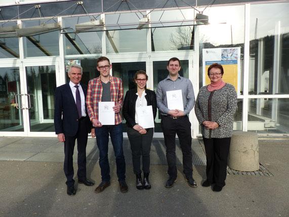 Von links: Karl Wolf (Leiter der Hauptverwaltung), Tim Stauß, Vivien Fritz, Dominik Schneider, Dr. Ingeborg Mühldorfer (Rektorin der Hochschule)