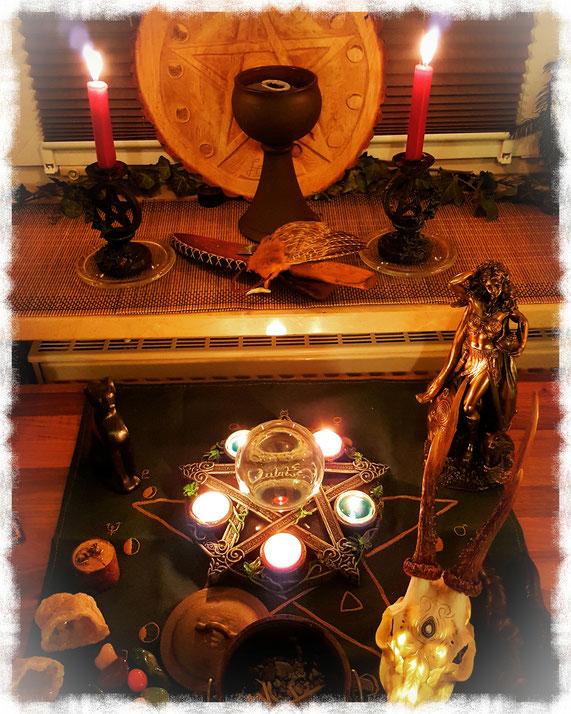 Kleiner Ritualaufbau mit roten Kerzen in Pentakel-Kerzenleuchtern, Pentagramm auf Holzscheibe, Kelch mit Räucherung für die Liebe, Räucherfächer, Ritualmesser, Der Göttin Freya für Leidenschaft, Romantik und Liebe, Pentakel mit fünf Teelichtern usw.
