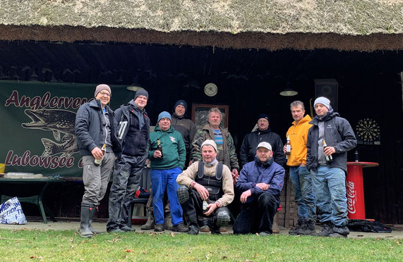 Vereinsmitglieder am Reetdach Haus