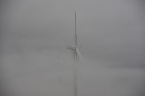 Col del contrasto et ses éoliennes, dans le brouillard.