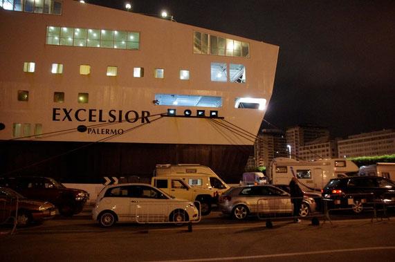 En attente à l'entrée du ferry, nous y passerons la nuit