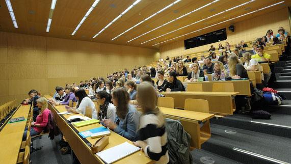 Blickt man heute in einen Hörsaal der Pharmazie, sieht man vor allem Studentinnen (Bild: Universität Basel, Departement Pharmazeutische Wissenschaften)