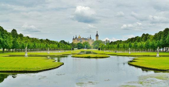 Schlossgarten mit Wasserflächen, im Hintergrund Schloss Schwerin