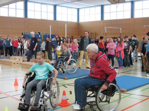 Marianne Buggenhagen mit Schülern der Integrativen Schule Oberursel-Stierstadt