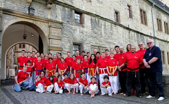 Gruppenbild in rot. Unsere neuen T-Shirts vom UKM...