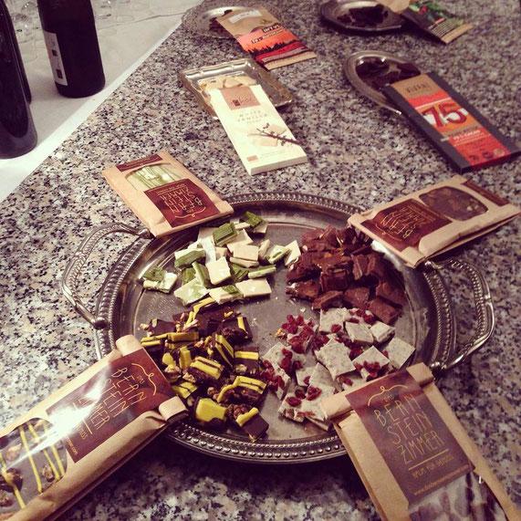 Zur Verkostung gab es eigene Kreationen (Mohn & Cranberry, Matcha, Walnuss-Zitrone, Gewürznougat mit Kürbiskernen), Vivanischokolade (Lieferant für das Bernsteinzimmer) und In´t Veld-Schokolade (pure Kakaoschokolade - veredelt u.a. mit Pfeffer).