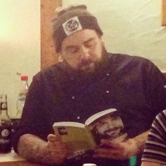 In gemütlicher Runde (und nach getaner Arbeit) liest Stefano aus seinem neuen Buch vor und erzählt, was er auf seinem veganen Jakobsweg alles so erlebt hat.