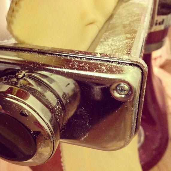 Statt einer separaten Nudelmaschine funktioniert natürlich auch der Küchenmaschinenaufsatz für Nudeln hervorragend. Hier von KitchenAid.