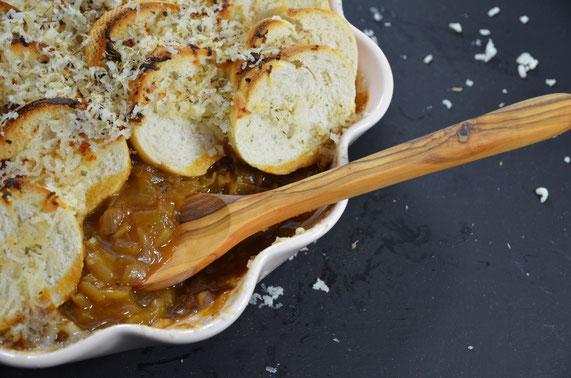 Die fertige Zwiebelsuppe mit Brot und Parmesan gebacken.