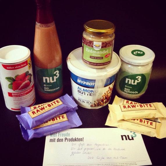 Unser nu3-Paket im Überblick mit vielen, tollen neuen Zutaten. V.l.n.r. und o.n.u.: Birkenzucker, Mangostansaft, Erdmandelcrème, Mandelbutter, Kokosöl, Raw Bite Vanilla & Berry sowie Raw Bite Kokosnuss.