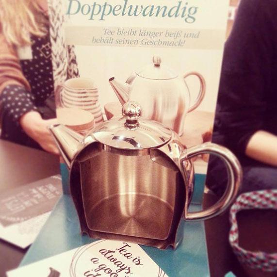 Die tolle, doppelwandige Teekanne ersetzt die herkömmliche Thermokanne - vor allem im Büro oder zu Hause, wo sie auf Tischen schöner aussieht.