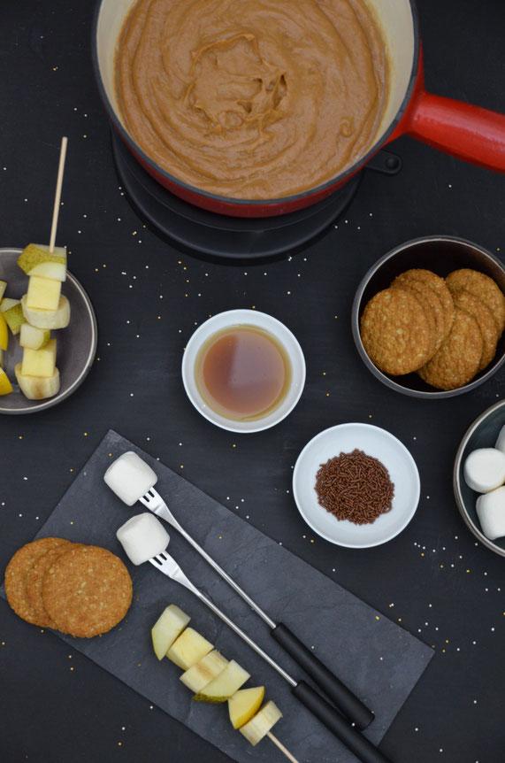 Die Alternative zum Schokoladenfondue. Eine süße Erdnusscreme zum Dippen für Obst, Kekse und andere Naschereien.