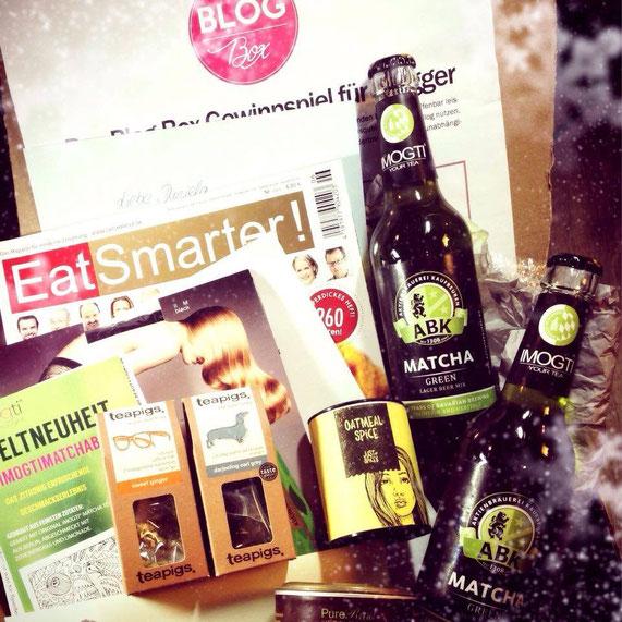 Die erste Blogbox im Überblick: imogti-Matcha-Bier, ein leckeres Just Spices-Oatmeal-Gewürz, Teapigs-Tee, PureRaw-Kakao, eine Falke Strumpfhose, ein Kochbuch, eine aktuelle EatSmarter und noch viel mehr Lesestoff...