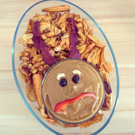 Serviervorschlag: Mit bunten Chips, Cashews, Oliven und Paprika als Teufelchen für Halloween. Für die komplette Übersicht zum ganzen gruseligen Buffet einfach das Bild anklicken.