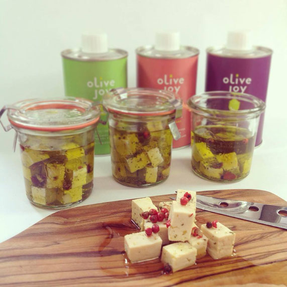 Fetakäse in verschiedenen Olivenölen eingelegt, vegan