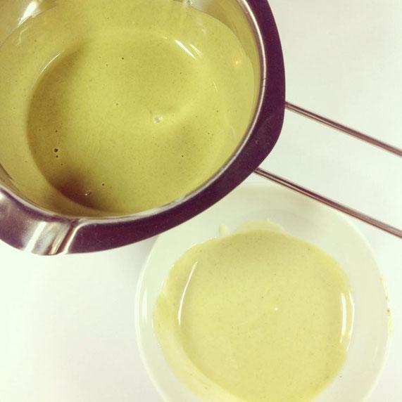Zwei verschiedene Grüntöne ergeben später eine schönere Marmorierung der Schokoladenschüsseln.