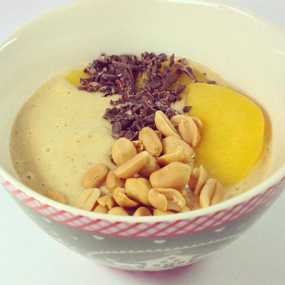 Pfirsich-Erdnuss-Smoothie-Bowl: Rezept wie oben. Nur gelbe statt pinke Früchte.