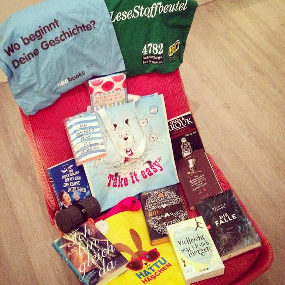 Die Mitbringsel - Taschen&-Bücher - der #lbm15 nehmen den ganzen Lesesessel wunderbar ein.