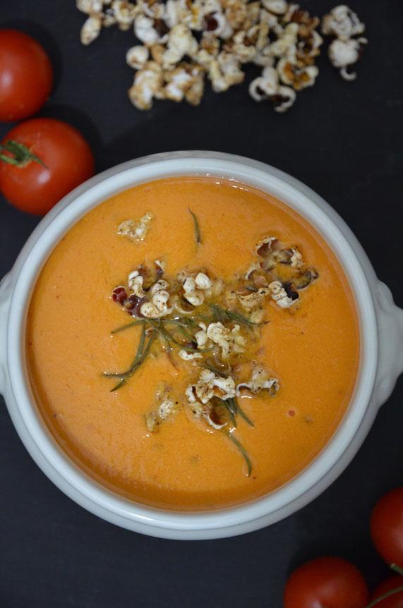 Die perfekte Kombination: eine fruchtige Suppe mit zitronig-würzigem Topping.