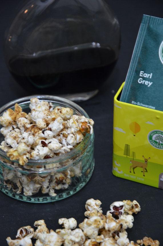 Natürlich lässt sich das eventuell übrige Popcorn auch perfekt pur snacken - die fruchtige Bergamotte-Note des Tees macht diese Version nicht zu süß. Der Earl-Grey-Sirup lässt sich außerdem für andere Süßspeisen, als Soße und zu Desserts verwerten.