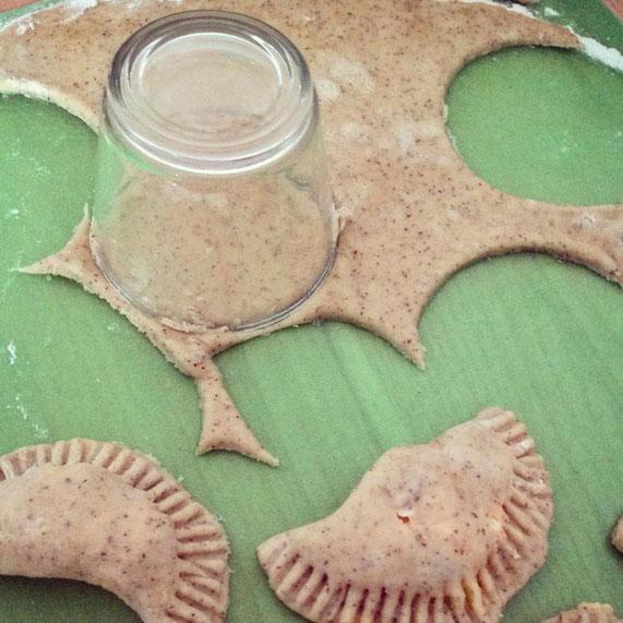 Ähnlich wie Nudeln selber machen. Piroggen sind kleine, gefüllte Teigtaschen.