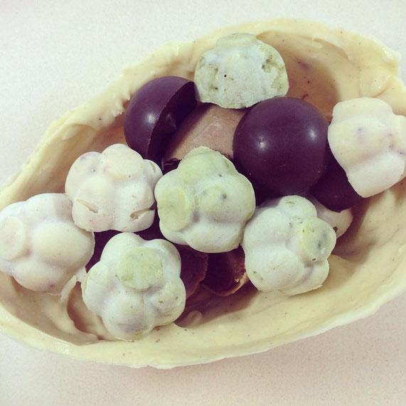Ein bisschen frühlingshaft geht es im Osterei zu mit Matcha-Pralinen und dunkler Schokolade.