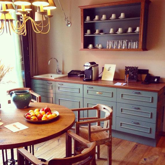 Die Teeküche in der ersten Etage: Kaffeemaschine, Tassen, Äpfel und Wasser stehen den Gästen stets zur Verfügung. Im Erdgeschoss gibt es zudem noch eine Spülmaschine für das dreckige Geschirr.