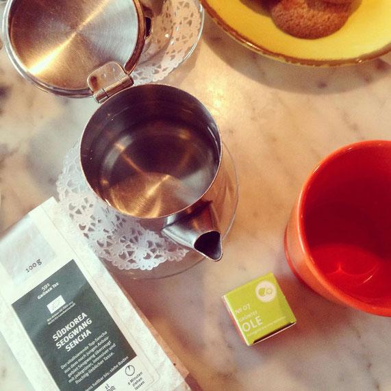 Der Grüntee Ole im Vergleich mit einem Sencha aus einem klassischen Teegeschäft.