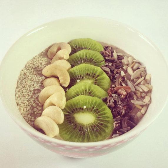 Merke: Kiwi und Banane gibt keinen grünen Smoothie... Rezept wie oben; nur Cashewmus statt Erdnussbutter und Kiwis statt Himbeeren (zum Schluss hinzugefügt, damit es nicht bitter wird).