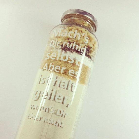 Das ganze lässt sich auch perfekt als Backmischung im Glas verschenken. Hier in einer 750ml-Truefruitsflasche. V.u.n.o.: Mehl, Rohrzucker, Backpulver, Natron, Vanillezucker, Chaitee & Mandeln. Es müssen nur noch die flüssigen Zutaten hinzugefügt werden.