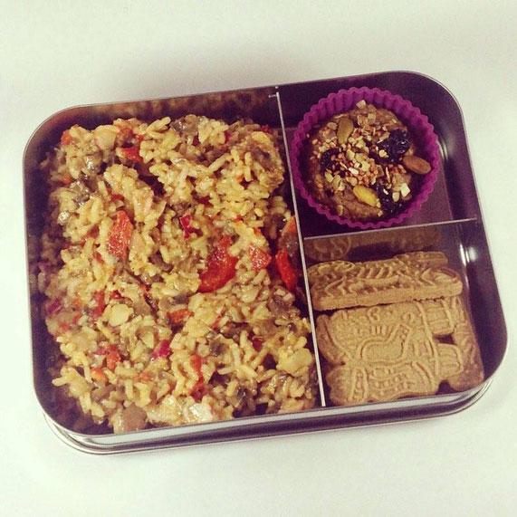 Mit einer Dreifach-Bento-Box - gefüllt mit einem Frühstücksmuffin, Reissalat und Spekulatius - kommt man perfekt durch den Tag.