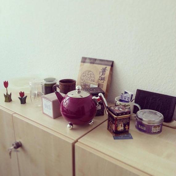 Eine kleine Teesammlung im Büro, u.a. von t. by t.lovers, Kusmi und nisima. Kanne und hohes Glas (Iinks) sind ein Testprodukt und Geschenk der Firma Bredemeijer.