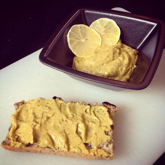 Pikante Avocado-Kräuter-Crème mit einer Scheibe One-Pot Brot.