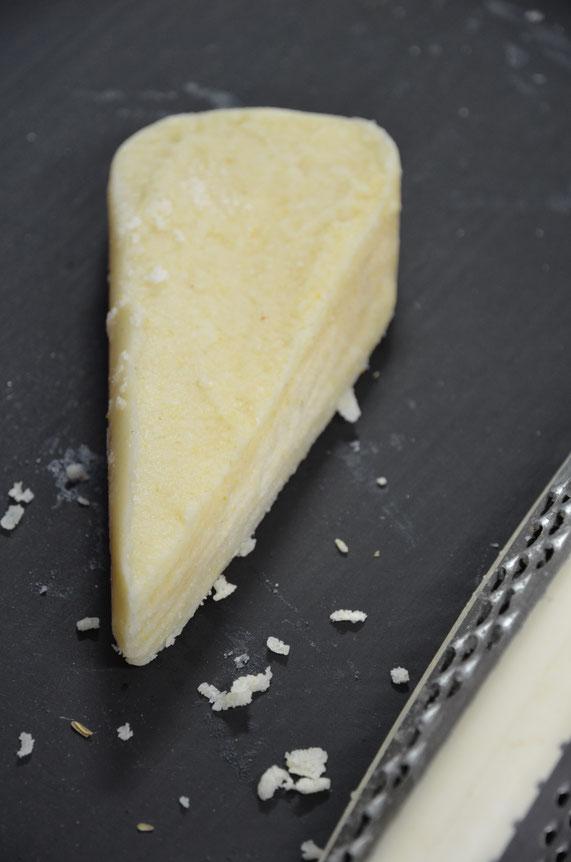 Der vegane Parmesan lässt sich perfekt reiben wie das Original.
