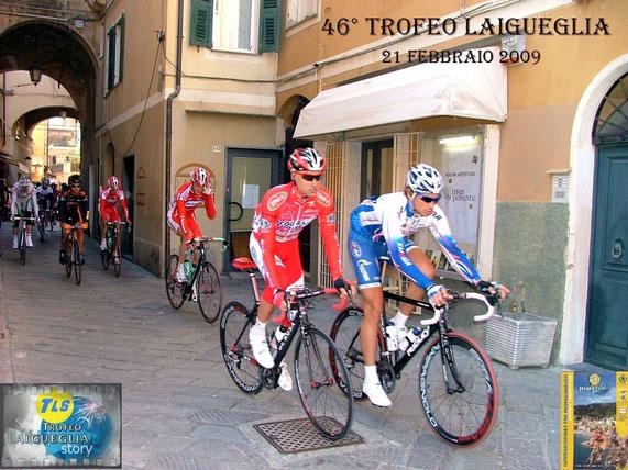 Foto courtesy: Mario Fasano x archivio TLS, sopra nel tratto turistico a Laigueglia si avviano alla partenza Stefano Garzelli e Pippo Pozzato, a dx. scollina sul GPM di Paravenna il campione del mondo Alessandro Ballan.