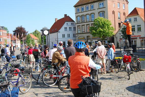 Treffen für eine geführte Radtour auf dem Marktplatz in Preetz