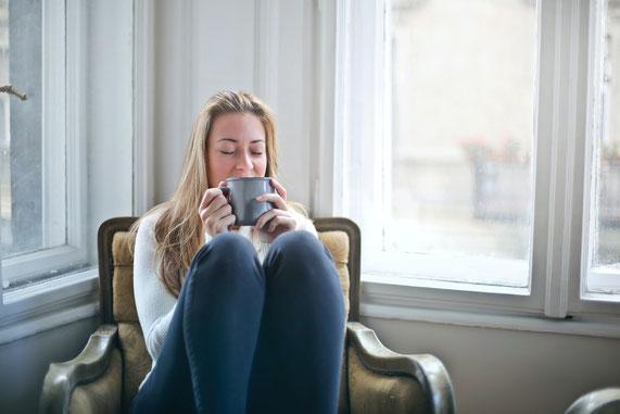 Frau trinkt Kaffee, Entspannung gegen Überforderung und Stress